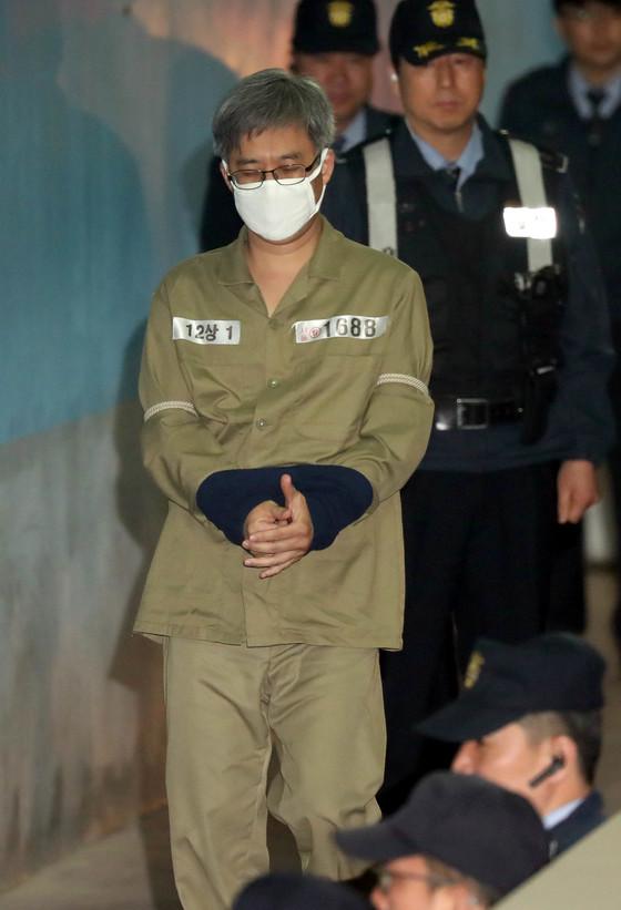 댓글조작 사건으로 구속된 '드루킹' 김씨가 2일 오전 첫 재판을 받기 위해 서울지법으로 도착하면서 호송차에서 내리고 있다. 최승식 기자
