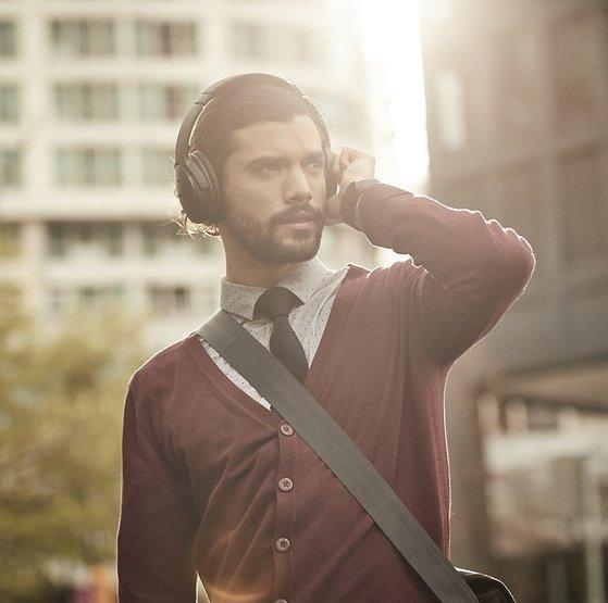 음향 전문 브랜드 '보스'의 QC 35는 아마존에서 두 번째로 인기 많은 무선 헤드폰 제품이다. QC 35는 '노이즈 캔슬링' 모드 덕분에 헤드폰을 끼는 순간 주변 소음을 완벽하게 차단한다. [사진 보스]