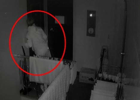 서울 종암경찰서는 관내에서 여성 전용 원룸에 상습 침입한 혐의(주거침입)를 받는 전모(34)씨에 대해 구속영장을 신청했다고 14일 밝혔다. 사진은 전씨가 여성이 거주하는 방에 귀를 대고 있는 모습. [종암경찰서 제공=연합뉴스]