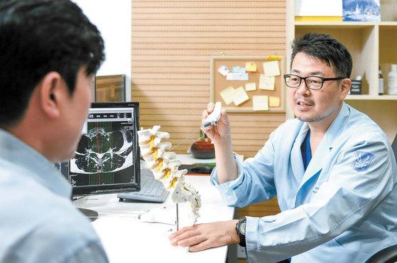 허리 디스크의 비수술 치료법이 발전하면서 고주파 열과 내시경을 동시에 활용해 원인을 근본적으로 치료하는 방법도 개발됐다. 김동하 기자