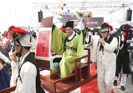 제17회 대힌민국서당문화한마당 대회가 13일 서울 광화문광장에서 열렸다. 대통령상을 차지한 수상자가 어사화를 쓰고 유가행렬을 하고 있다. 임현동 기자