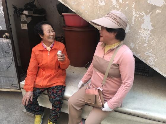 지난 11일 대구시 남구 대명3동 서정수 할머니 집에 요구르트 배달원 엄삼순씨가 찾아와 요구르트를 건넨 뒤 이야기를 나누고 있다. 대구=김정석기자