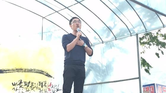 방송인 김제동씨가 경북 성주군 초전면 소성리 마을회관을 찾아 집회 무대에서 발언하고 있다. 성주=김정석기자
