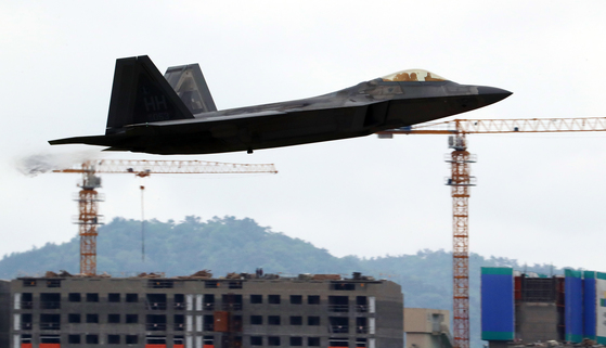 광주공항은 민간공항과 군공항이 함께 운영돼 공항 이전을 요구하는 목소리가 높다. 사진은 지난 2일 한미 공중전투훈련 당시 미국 스텔스전투기 F-22 랩터가 광주공항 활주로를 이륙하는 모습. [연합뉴스]