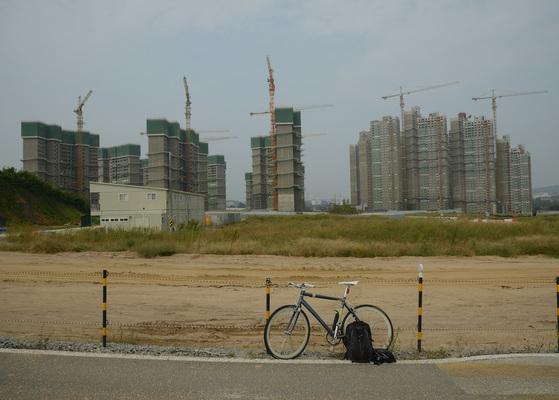 마누엘 알바레즈는 자전거를 타고 지방 소도시를 다니며 사진작업을 한다. 뻔한 관광지가 아니라 아파트 공사장을 찾아다니며 도시의 이면을 포착한다. [사진 마누엘 알바레즈]