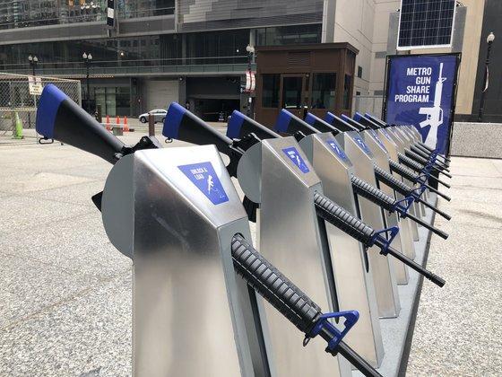 시카고 데일리 센터에 등장한 총기 공유 시스템. 실은 시카고의 유명 자전거 공유 프로그램을 모방해 만든 '시카고 총기 공유 프로그램'이다. 거치된 AR-15 소총도 진짜가 아닌 모형이다. [사진 트위터]