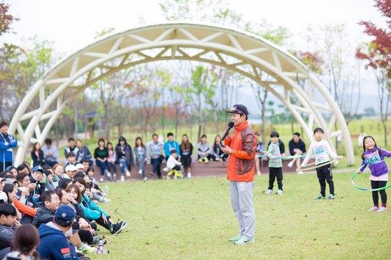 체육대회 진행을 하는 박홍구 씨. [사진 이상원]