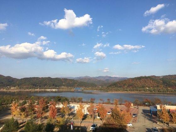 강연장 창문 너머로 보이는 양구의 가을하늘. [사진 이상원]