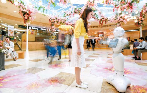 서울 소공동 롯데백화점에 구비 된 '페퍼'는 고개와 팔을 사람처 럼 자연스럽게 움직인다.
