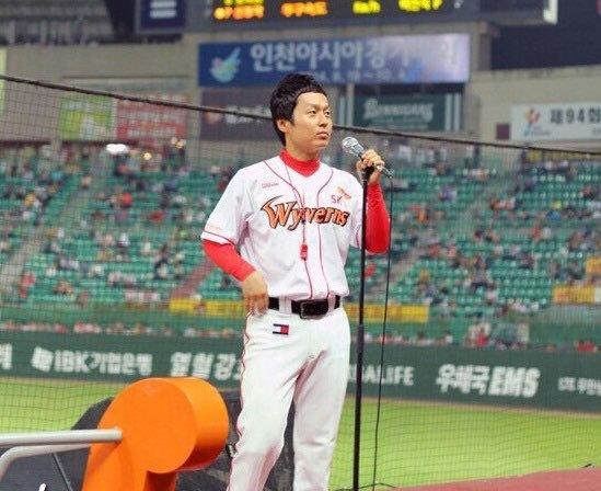 SK와이번스 응원단장 시절의 박홍구 씨. [사진 이상원]