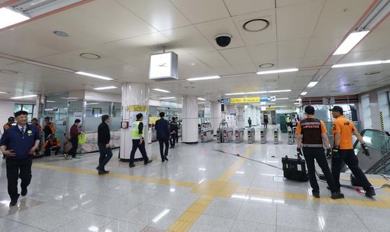 지진 대피훈련 예비훈련이 이뤄진 대전 유성구 지족역에서 대전도시철도공사와 유성구청, 소방서 관계자가 훈련상황을 점검하고 있다. 프리랜서 김성태
