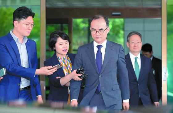 문무일 검찰총장(가운데)이 15일 서울 서초구 대검찰청을 나서며 취재진의 질문을 받고 있다. [뉴스1]