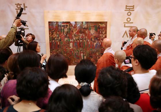 한국불교역사문화기념관에서 시왕도를 보고 있는 조계종 총무원장 설정스님과 신도들.[사진 연합뉴스]