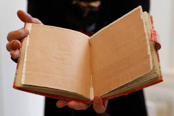 갈색 종이가 붙어있어 읽을 수 없던 안네 프랑크의 일기 두페이지가 디지털 기술로 복원됐다. [EPA=연합뉴스]