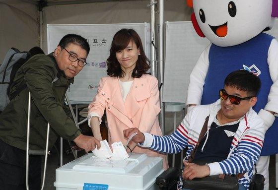 20일 대전 엑스포시민광장에 마련된 체험 부스에서 장애인들이 투표하고 있다. [프리랜서 김성태]