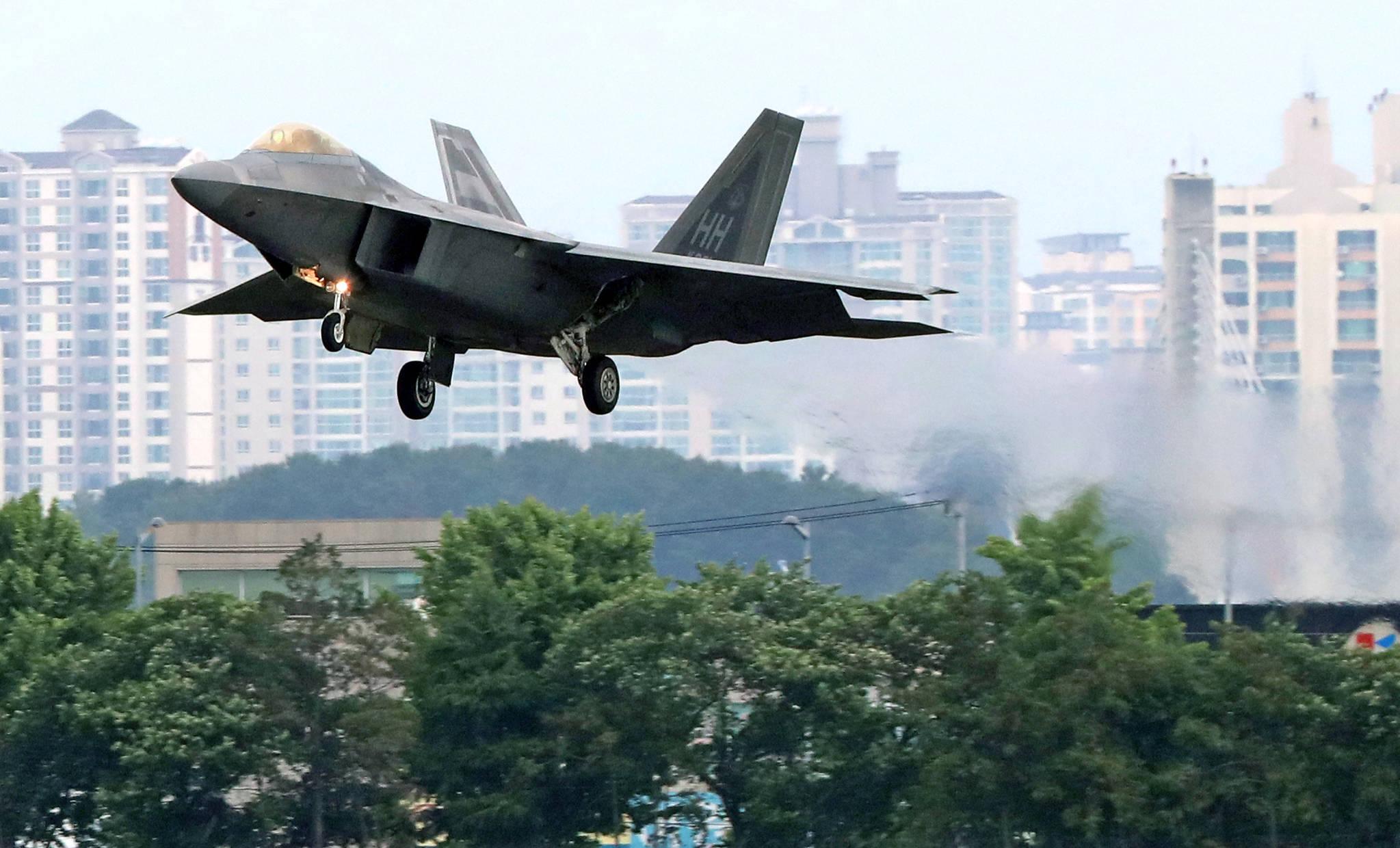 북한이 한미 공군의 대규모 연합공중훈련인 '맥스선더'(Max Thunder) 훈련을 이유로 남북고위급회담을 전격 취소한 가운데, 16일 오전 광주 공군 제1전투비행단 활주로에 미군 F-22 랩터가 착륙하고 있다. [연합뉴스]