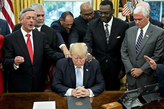 지난해 9월 기독교 복음주의자 등과 함께 한 도널드 트럼프 미국 대통령(가운데)과 마이크 펜스 부통령(맨 오른쪽). [블룸버그 캡처]