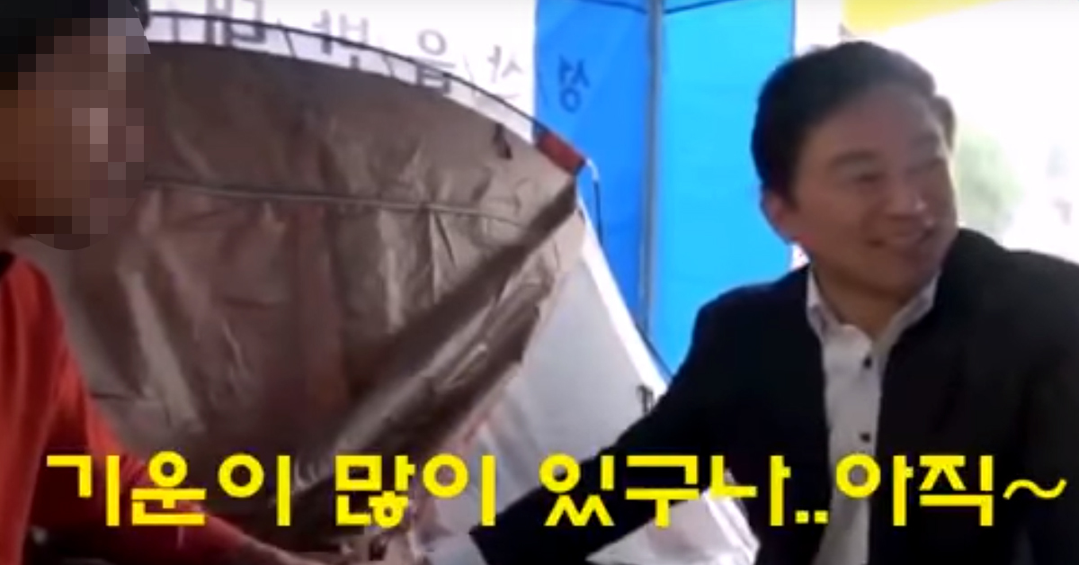 원희룡 제주지사는 지난 2017년 10월 22일 김경배씨가 13일째 단식 중이던 제주도청 앞 천막농성장을 찾아가 면담했다. [사진 유튜브 캡처]