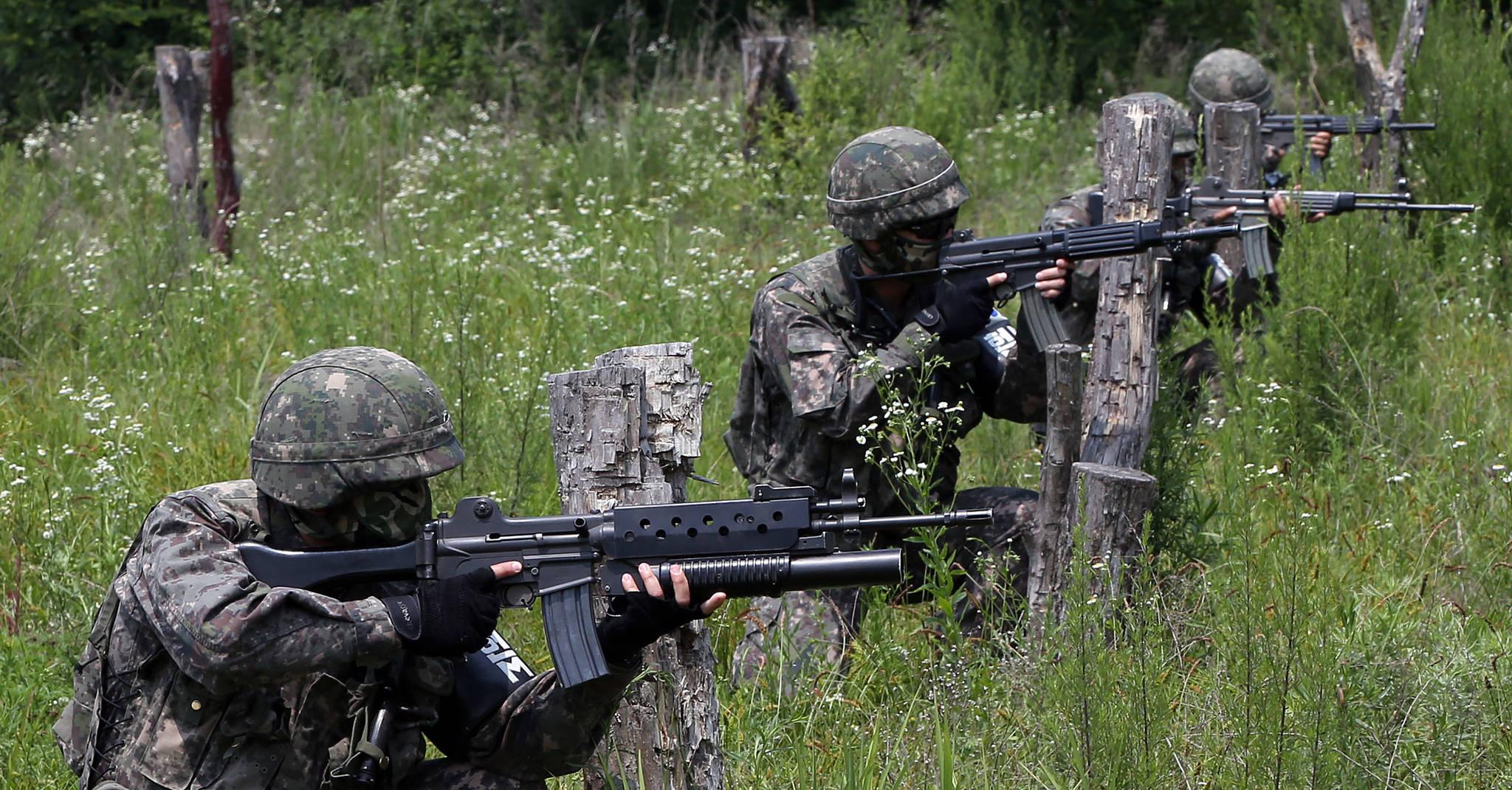 한 육군 부대에서 전투사격 훈련을 하는 모습. (※이 사진은 기사 내용과 직접적인 관련이 없습니다)[연합뉴스]