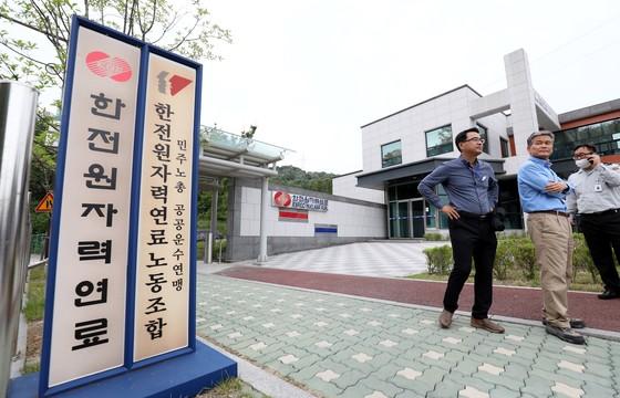 16일 집진기 배관작업 중 폭발사고가 발생한 대전시 유성구 한전원자력연료에서 관계자가 취재진의 접근을 통제하고 있다. 프리랜서 김성태