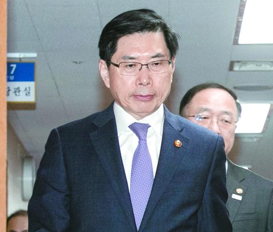 박상기 법무부 장관이 27일 오전 서울 세종대로 정부서울청사에서 열린 국무회의에 참석하고 있다. [뉴스1]
