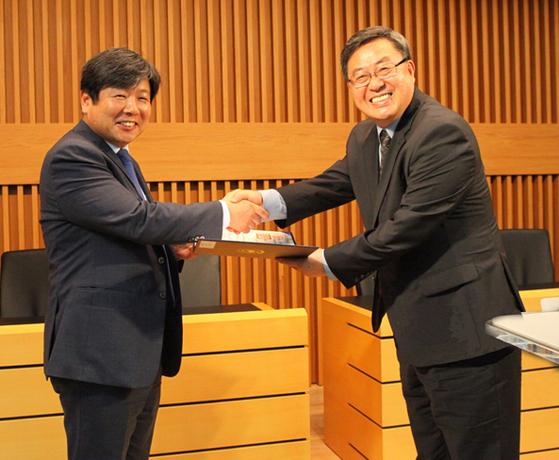 윤동철 총장이 대통령 표창을 받고 있다.
