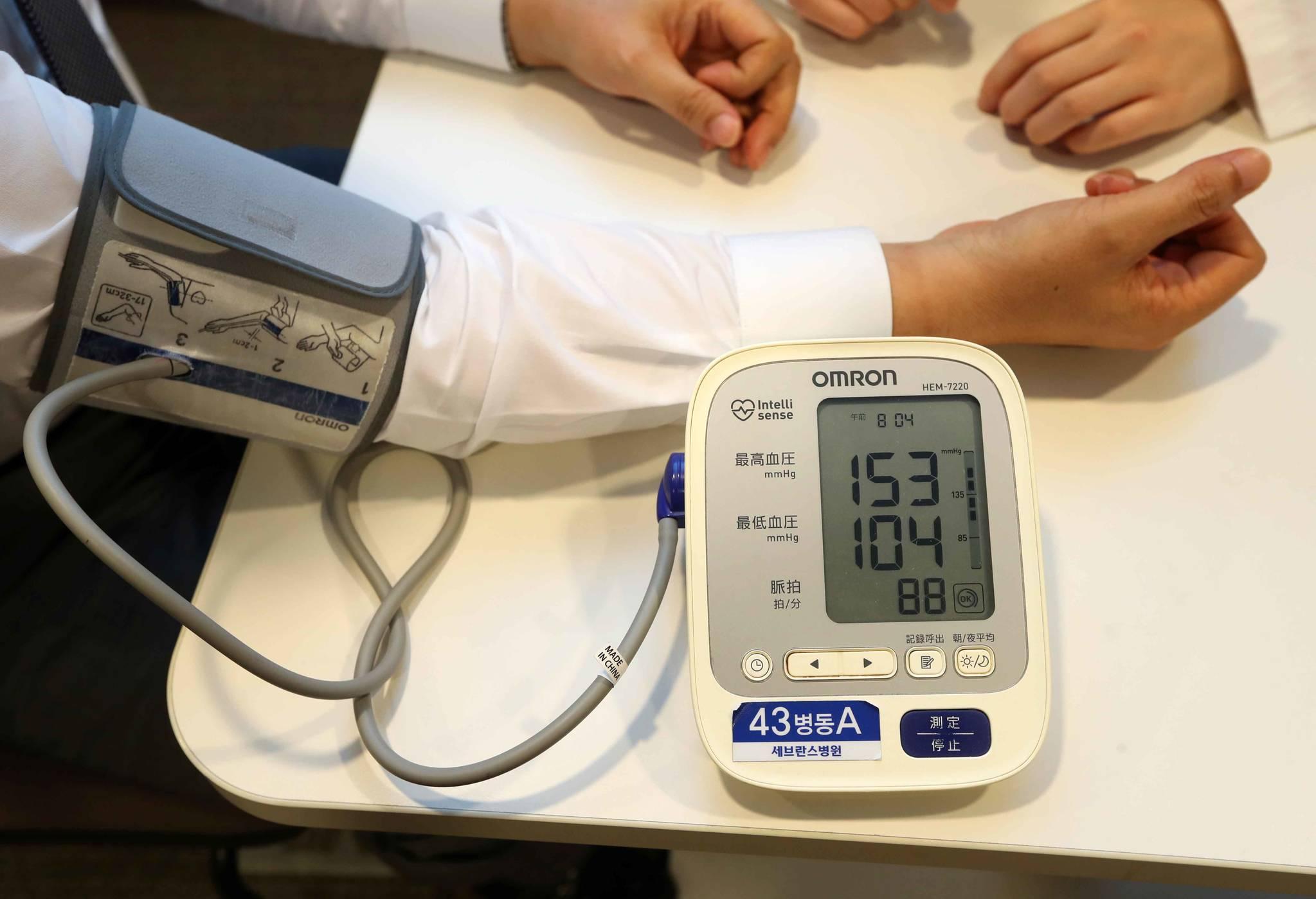 서울 세브란스병원에서 한 고혈압 환자가 혈압을 재고 있다. [중앙포토]
