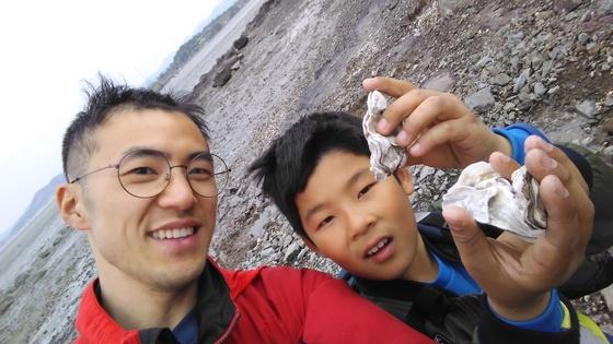 벌교 장도분교의 교사 김성현씨(왼쪽)와 학생 김이건군이 바닷가에서 수업하고 있다. [사진 김성현]