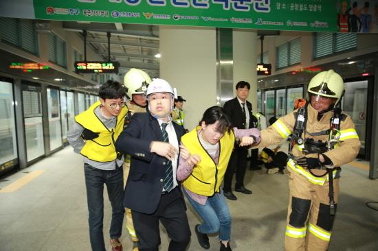 16일 영종역에서 실시된 안전한국훈련중에 사고차량에서 부상당한 승객들을 구조하고 있다.