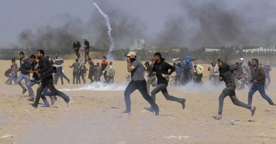 이스라엘군의 실탄 사격에도 불구 미국 대사관의 예루살렘 이전에 항의하는 팔레스타인 주민들의 시위가 계속되고 있다. [사진 AP=연합뉴스]