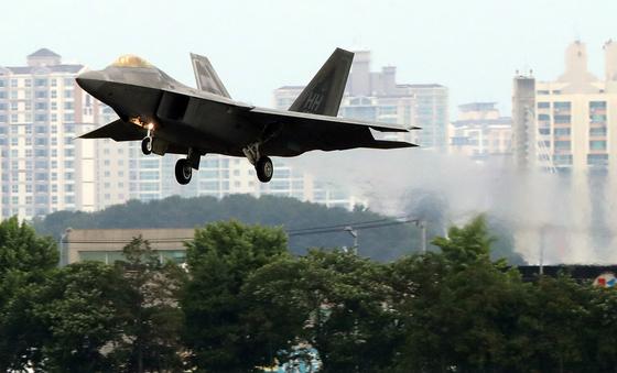 16일 오전 광주 공군 제1전투비행단 활주로에 미 공군 F-22 랩터가 착륙하고 있다. [연합뉴스]