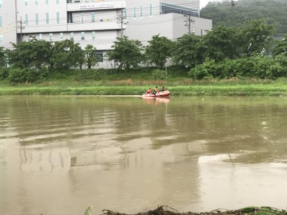 경기도 용인시 처인구 금학천변에서 실종된 편모(42)씨를 찾기 위해 소방대원들이 수색을 벌이고 있다. [사진 경기도재난안전본부]