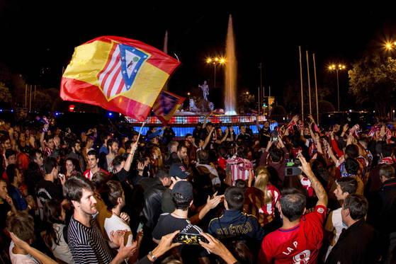 아틀레티코 마드리드가 유로파리그에서 우승한 직후 마드리드 시내에 몰려든 팬들이 환호하고 있다. [EPA=연합뉴스]