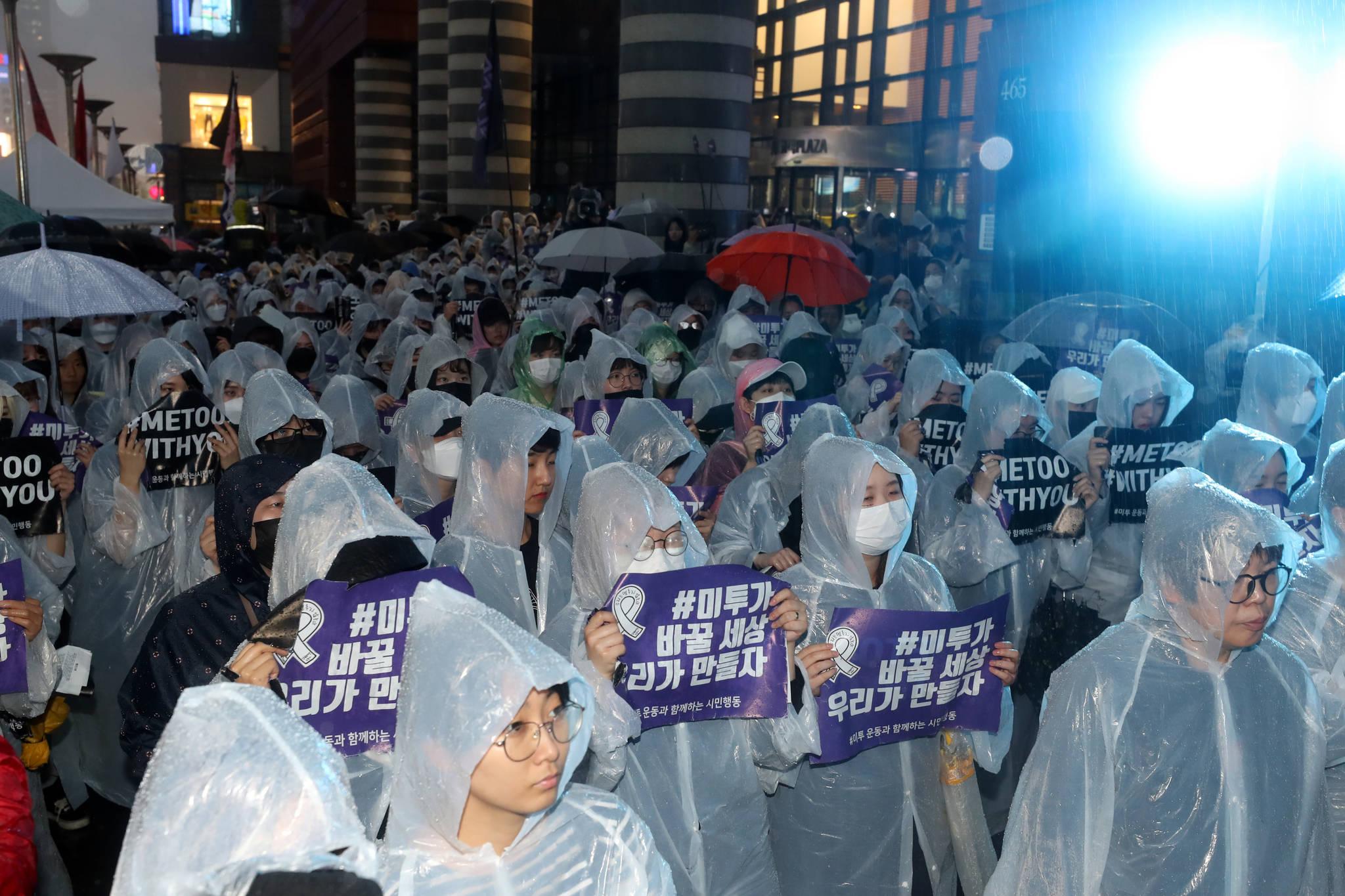 '강남역 여성살해 사건'의 2주기를 맞아 17일 오후 서울 신논현역 앞에서 '강남역 여성 살해 사건 2주기 추모 성차별·성폭력 4차 끝장집회'가 열렸다. 전날부터 내린 비에도 불구하고 주최 측 추산 2000여명의 참가자들이 모여 피해여성의 추모와 재발방지를 촉구했다. [뉴스1]