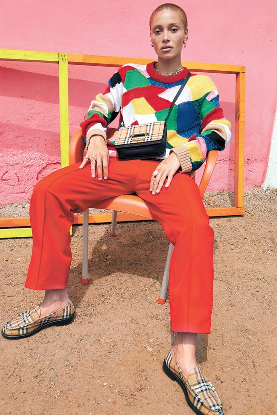 1980년대 스트리트 패션을 이끌었던 스케이터들에게서 영감을 얻은 컬러풀한 색감과 프린트의 니트 스웨터.