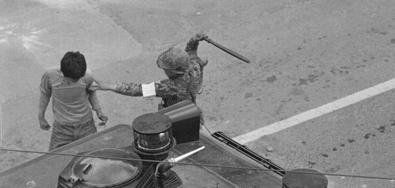 1980년 5월 당시 계엄군에 의해 구타를 당하는 광주시민. [중앙포토]