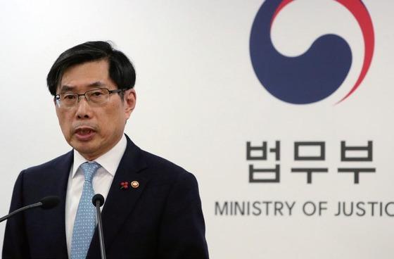 박상기 법무부장관은 17일 열린지방선거 대비 공명선거 관계장관회의에 참석해 '가짜뉴스' 유포행위를 엄벌하겠다고 밝혔다. [중앙포토]