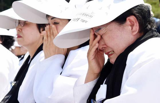 제37주년 5ㆍ18 민주화운동 기념식'에 참석해 눈물을 흘리는 유족들. [사진 청와대사진기자단]