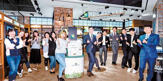 암웨이 비 즈니스센터 강서점에서 포즈를 취하고 있는 암 웨이 사업자들.