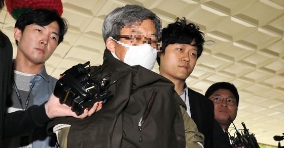 11일 '경제적공진화모임'(경공모)를 이끈 드루킹 김동원(49)씨가 경찰에 압송되고 있다. [뉴스1]