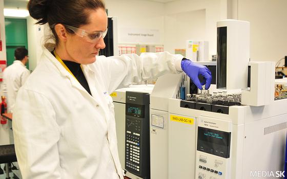 SK바이오텍의 아일랜드 공장(오른쪽)에서 한 연구원이 장비를 준비하고 있다. [사진 각 사]