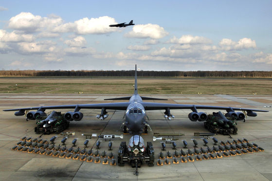 B-52H에 실을 수 있는 무장. 종류가 다양하고, 양도 많다. [사진 미 공군]