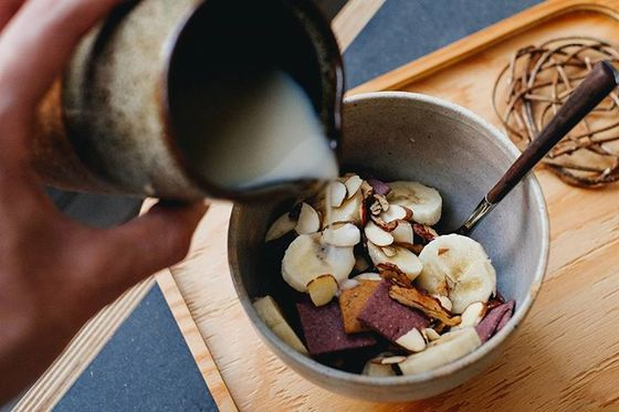 귀리 우유, 비건 자색고구마 크래커, 대추 크래커, 바나나로 구성된 오가닉 시리얼. [사진 티컬렉티브]
