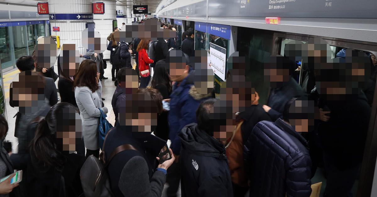서울시 지하철을 이용하고 있는 서울시민. [중앙포토]