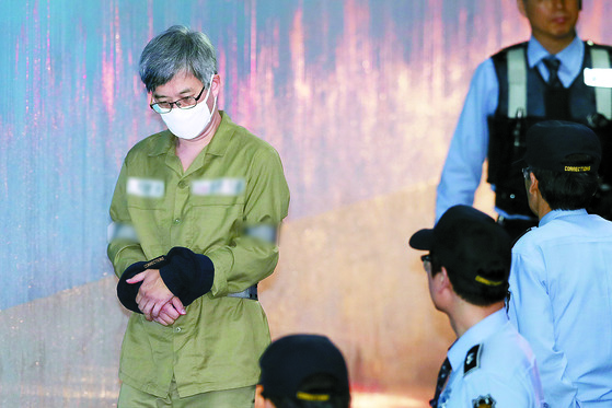 '민주당원 댓글 조작 사건'의 주범 '드루킹' 김동원씨가 16일 서울중앙지방법원에서 열린 2차 공판에 출석하고 있다. 김씨 측은 검찰의 공소사실을 모두 인정한다며 재판을 속히 끝내 달라고 요청했다. [뉴스1]