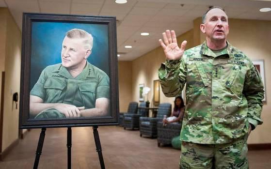 2015년 10월 미 조지아주 포트베닝 신병훈련소 숙소가 부친(초상화)의 이름을 따 '에이브럼스 홀'로 된 것을 기념하는 자리의 에이브럼스 사령관. [중앙포토]
