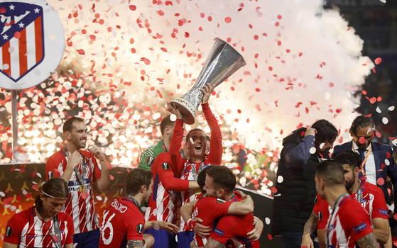 아틀레티코 마드리드 공격수 앙투안 그리즈만(가운데)이 유로파리그 결승전 직후 우승트로피를 번쩍 들어올리며 환호하고 있다. [EPA=연합뉴스]