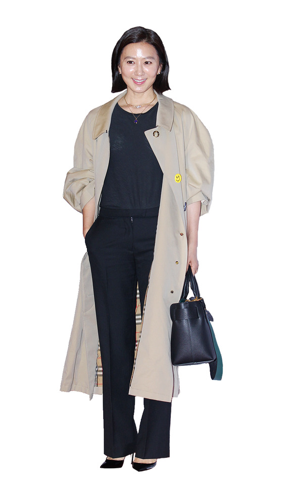 영화 '버닝' 시사회장을 찾은 배우 김희애. 라운드 칼라의 버버리 트렌치코트와 벨트 백을 들었다. [사진 버버리]