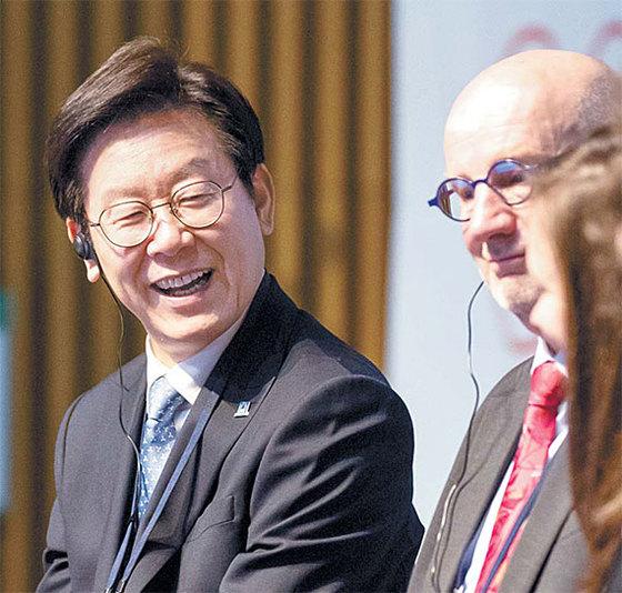 이재명 더불어민주당 경기지사 후보가 '새로운 상상 2018 국제 컨퍼런스'(15일)에 참석한 모습. [사진 각 후보 캠프]