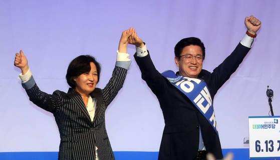 더불어민주당 추미애 대표(왼쪽)와 허태정 대전시장 후보가 지난 11일 대전 유성구 호텔 ICC에서 열린 6·13 지방선거 필승결의대회에서 두 손을 맞잡고 인사하고 있다. [연합뉴스]